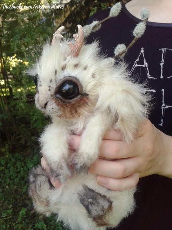 Questa creatura piccola primavera ha piccole corna e figa-salici sulla sua testa. Una creazione di fantasia ispirata il Jackalope mitologico,