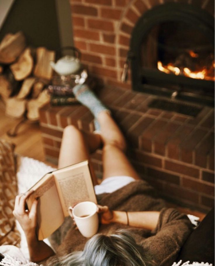 Lire un livre au coin du feu, avec thé,café,chocolat...