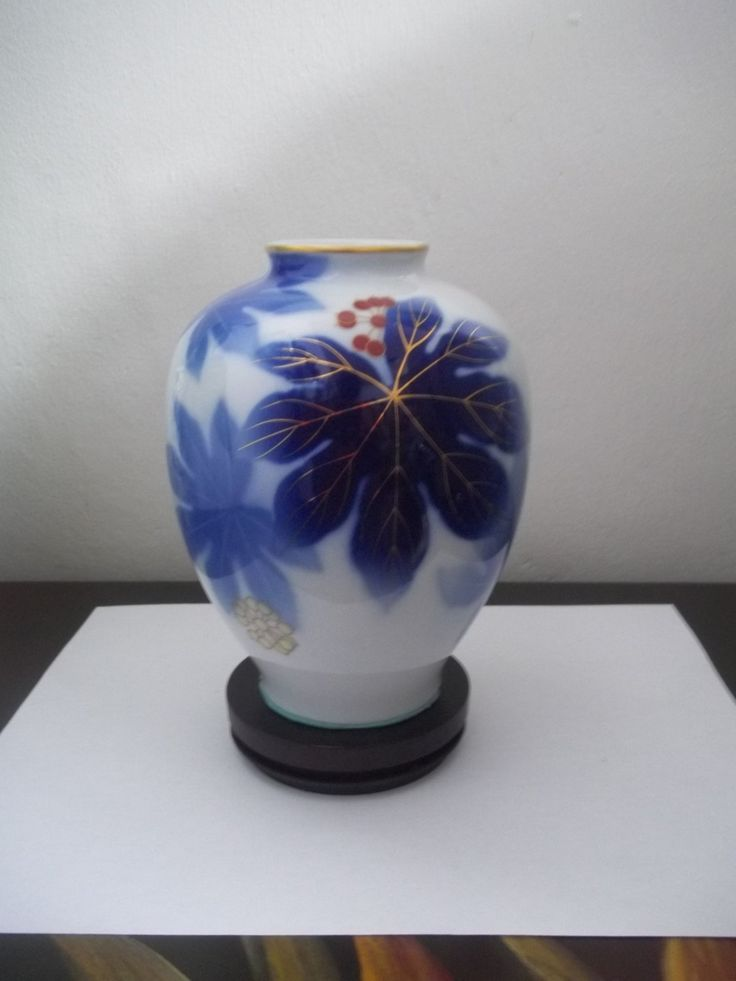 FUKAGAWA VASE ARALIA Leaves & Berries by GuamAntiquesNstuff