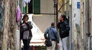 """A Napoli, sesso """"h24"""" in pieno centro Ecco il nuovo quartiere a luci rosse Sono giovanissime, tutte di colore. A gruppi di due, tre e anche quattro vivono in bassi umidi e bui dove dormono e lavorano dandosi il cambio in un turno che non conosce soste. Perché il sesso fatto #napoli #sesso"""