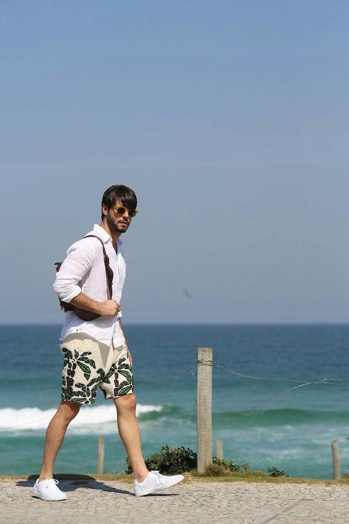 Look masculino ideal para dias na praia com camisa de linho branca