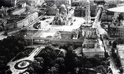 Bird's eye view of Saxon Square, 1919. In the foreground the Saxon Garden and the former Saxon Palace. St. Alexander Nevski Church, built before World War I, dominates the square as a symbol of Russian control of Warsaw. This gigantic building, with its golden domes and huge bell tower, and completely foreign to the city's dominant architectural style, was dismantled shortly following Polish independence. (Photo nn)