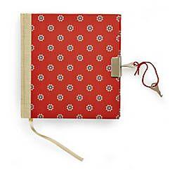 Handgefertigtes Tagebuch mit Schloss und Schlüsseln, entworfen und hergestellt in einer Buchbinderei am Chiemsee – jetzt bei Servus am Marktplatz kaufen.