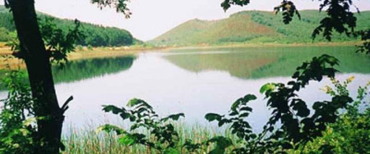 Küçük Akgöl  Taşkısık Gölü'nün 3 km. doğusunda bulunan Küçük Akgöl 20 hektarlık bir alana yayılmıştır. Dipten kaynayan sularla beslenen gölün fazla suları Çark Suyu'na boşalmaktadır. Gölün kuzey kesimi sazlık ve bataklıktır. Suyunun tatlı olmasına rağmen bulanıktır.
