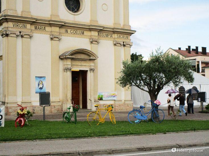 Biciclette colorate e fiori intonati ormai sembrano essere di moda nelle città, le trovi qua e là.