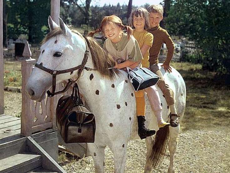 """Das Pferd """"Kleiner Onkel"""", Pippi Langstrumpf (voller Name: Pippilotta Viktualia Rollgardina Pfefferminz Efraimstochter Langstrumpf) und ihre Freunde."""