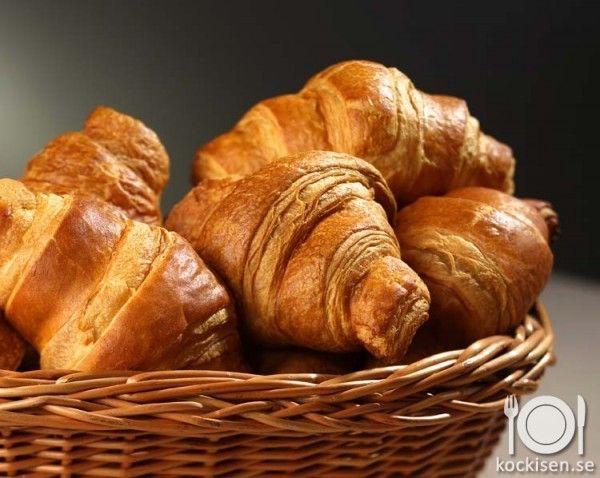 Att göra croissanter från grunden kan vara lite krångligt, men kan göras lätt genom att använda sig av smördeg som man kan förvara i frysen. Då kan du alltid servera rykande färskacroissanter på frukostbordet.            Ingredienser