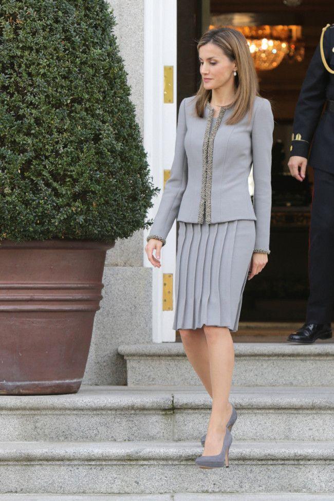 #6 ~ SOBRIEDAD EN ESTADO PURO ~ Está claro que yo prefiero los colores vivos para la reina de España, pero lo que es cierto es que en ocasiones como ésta, un traje de lo más sobrio en cuanto a tonalidad, la hacen brillar | Los 13 mejores looks de Doña Letizia durante el año 2014, el mejor año dentro de la Casa Real