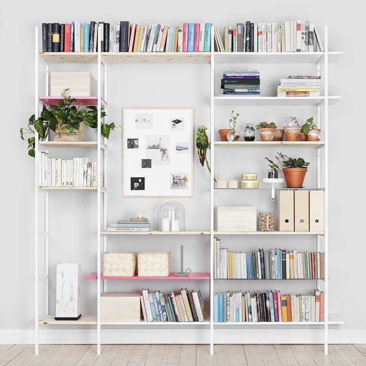 Betonggruvans hyllsystem passar in i såväl vardagsrummet som hallen eller badrummet. Använd som TV-bänk, skoställ, bokhylla eller med kontorets tillbehör. Hyllgavlarna skruvar du fast i väggen och väljer själv på vilket avstånd för att de ska passa din vägg. Hyllgavlarna har inget ben längst in mot väggen för att inte krocka mot golvlisten. Antingen köper du hyllplan av oss eller på närmsta byggmarknad.