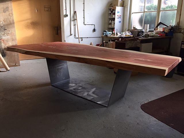 Work in progress: Prachtig nieuwe moderne boomstamtafel. Gemaakt van een 150 jaar oude Sequoia boom. Intens rode kleur komt terug in het blad. Modern onderstel van dun staal. Moet nog bewerkt worden met een coating. Binnenkort verkrijgbaar