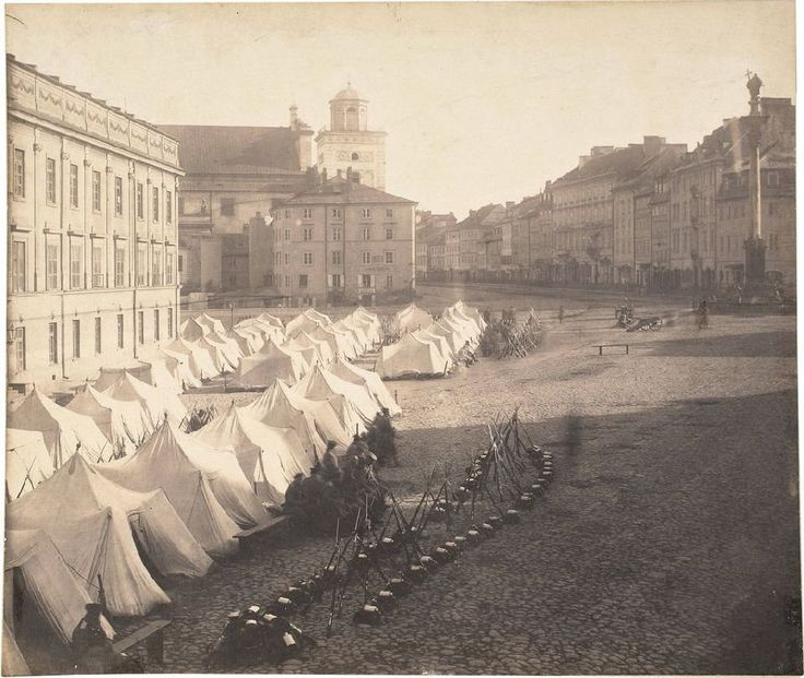 Plac Zamkowy z namiotami wojska rosyjskiego stacjonującego przed Zamkiem Królewskim w Warszawie, fot. Karol Beyer (1863)