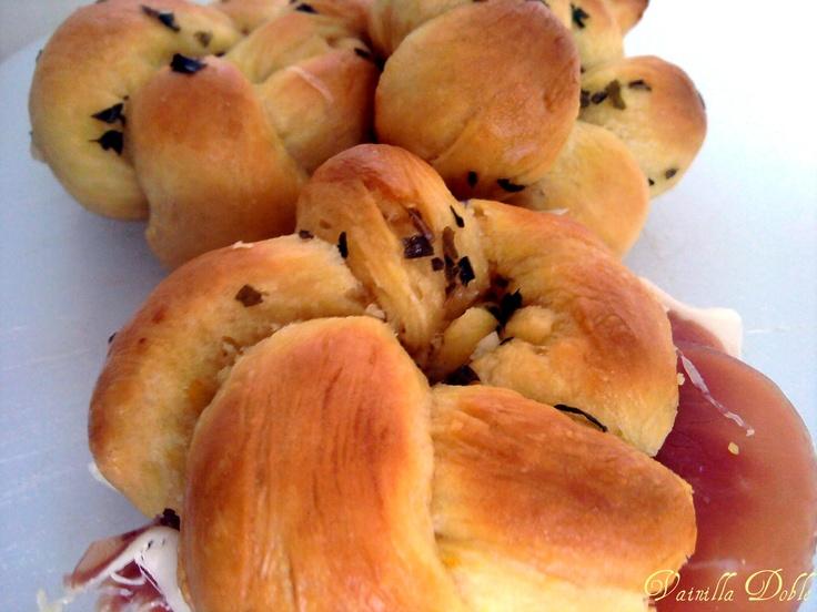 Pumpkin and Garlic Bread Knots. Nudos de Calabaza con mantequilla de Ajo
