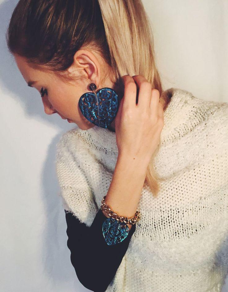 Maxi orecchini fashion a cuore abbinati ad un braccialetto con catena dorata e ciondolo a cuore  #Rosavelvet #shoponline #madeinitaly #orecchini #earrings #bracciale #bracelet #bijoux #costumejewelry #bigiotteria #fashion #cuore #heart #dorato #gilt
