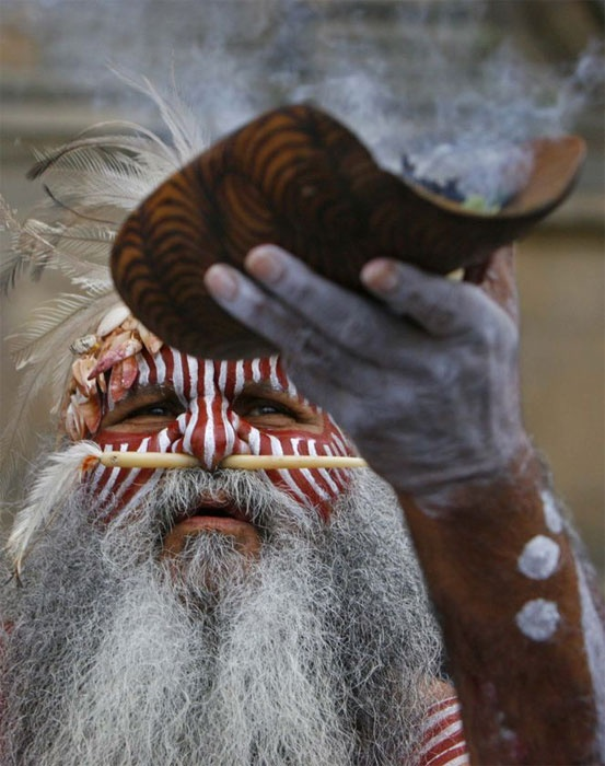 Aboriginal Elder | Major Sumner of the Ngarrindjeri Aboriginal people performs a smoking ceremony in Edinburgh, Scotland, before the six skulls and a woman's ear bone left for Australia in 2008. (Reuters: David Moir)