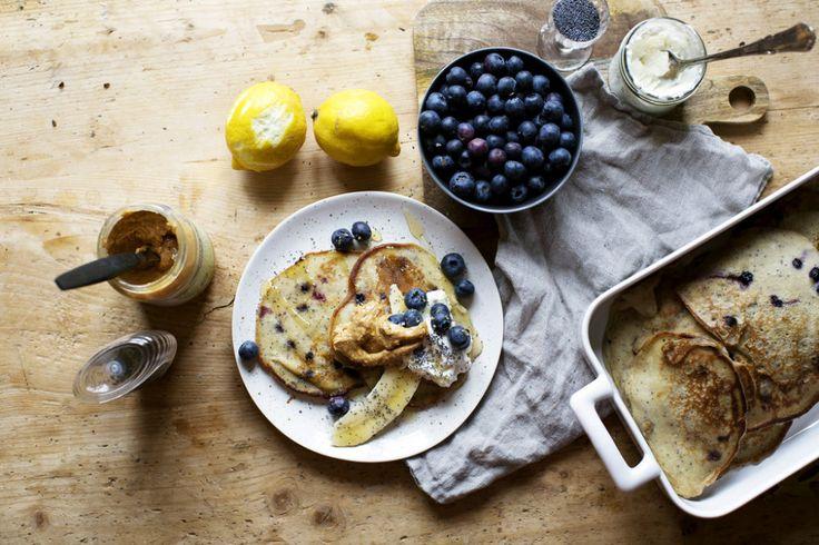 Bananpannkakor med vallmo, citronricotta och blåbär