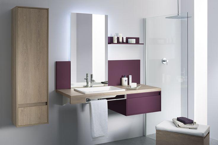 Idée d'aménagement d'une petite salle de bain : une colonne suspendue en bois, un meuble avec vasque à poser, une commode laquée prune. Le + déco : le tabouret assortie à l'ensemble qui se  glisse sous le meuble, avec un coffre de rangement pour vos accessoires de beauté. - mixCity de Sanijura