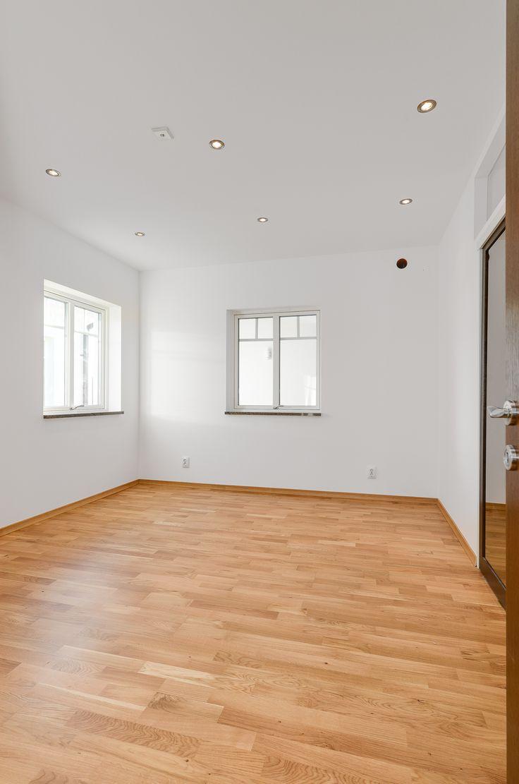 Fönster åt två håll ger ett bra ljusinsläpp i ett rum. Spottar i tak ger god allmänbelysning.