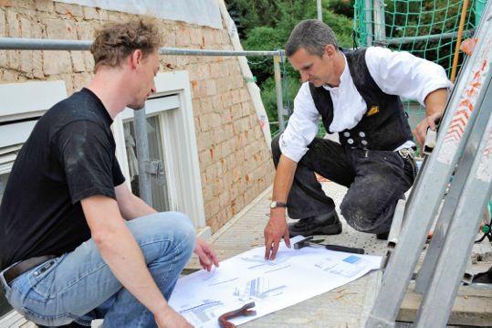 Höhere Förderung für energetische Dachsanierung. Vor der Dachsanierung kann der Energieberater prüfen, welche Maßnahmen gefördert werden und mit welchen KfW-Zuschüssen ein Hausbesitzer rechnen kann. Energiewende, Wärmewende, Sanieren, Renovieren, Altbau, Dach, Dämmung, EnEV, Fördermittel, Wärmedämmung, PU, Polyurethan, Dämmstoff, Dachsanierung Raumwärme, Fußboden, Außenwand, Dachboden, Energieberatung, Handwerk, KfW, IVPU, PUonline