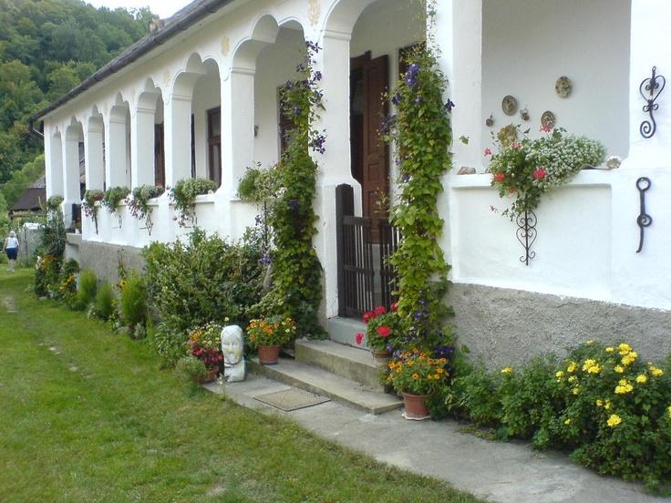 Hungary, Jósva (lóhere boltíves, fehér tornácos ház)