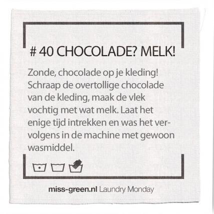 Chocolade vlek? Schraap overtollige chocolade van de kleding, maak de vlek vochtig met wat melk. Laat dit enige tijd intrekken en was met gewoon wasmiddel.