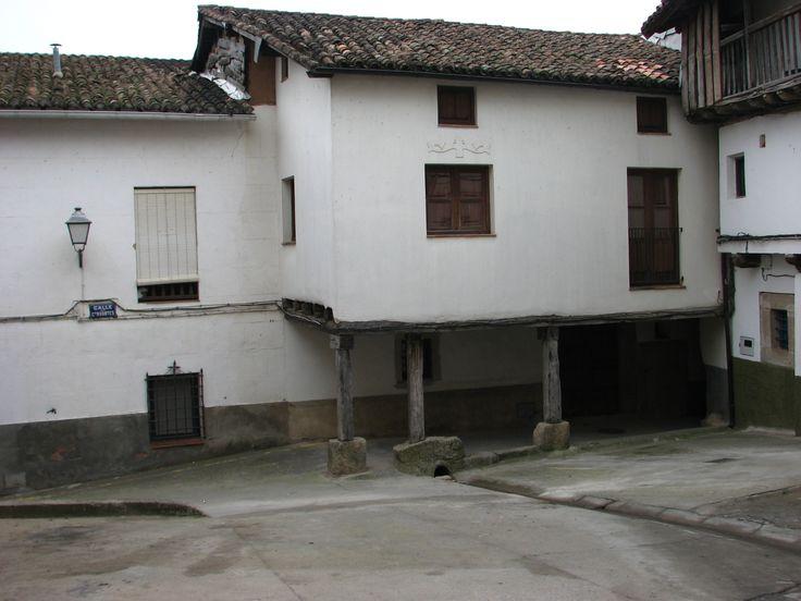 En otra placita del pueblo encontramos este bonito rincón con su reguera y su casa con pasaje porticado.