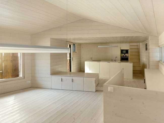 Kuchyňský i koupelnový nábytek a vybavení jsou jednoduché a funkční.
