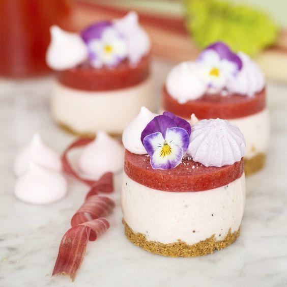Frozen cheesecake med rabarber – oemotståndlig cheesecake som du kan baka i förväg och frysa in.