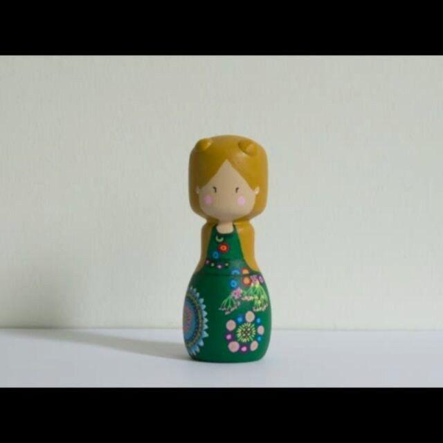 Empezando el fin de semana con un poco de movimiento. (Estoy explotando mucho a esta pequeña, pero es que...😍) .    #missquercus #findesemana #pegdoll #muñeca #madera #kokeshi #weekend #mandala #regalo #gift #wooden #doll #custom #personalizados #decomadera #woodendecor #girl