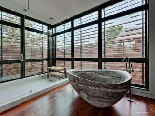 salle de bain avec baignoire intéressante