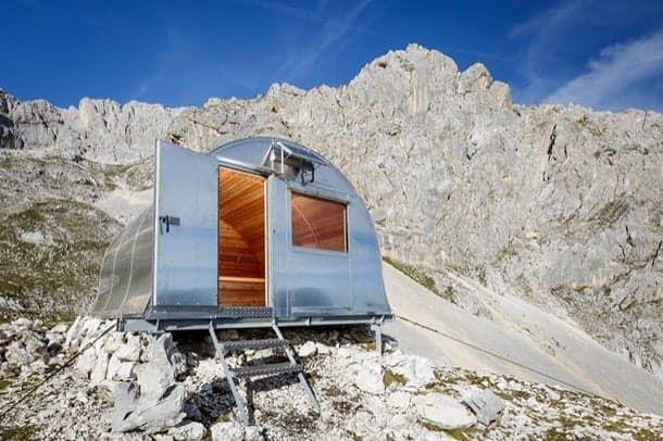 Refugio alpino Bivak II construcción prefabricada en metal y madera El Triglav es la montaña más alta de Eslovenia. Se encuentra en los Alpes y próxima a las fronteras con Italia y Austria. Es también la cumbre más alta de los llamados Alpes Julianos. En el Parque Nacional Triglav (Eslovenia) se construyó el refugio alpino Bivak II. Aunque en realidad el nombre completo de esta pequeña construcción es Bivak II na Jezerih.  Otros refugios  Refugios ecológicos en el Valle de Guadalupe (México)…