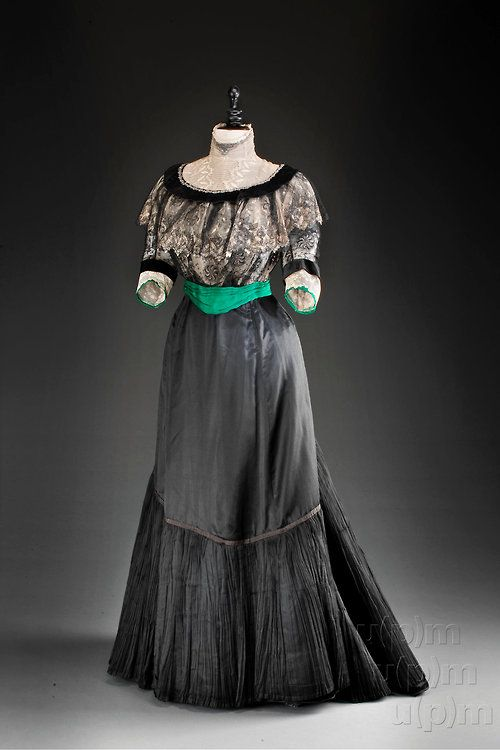 Circa 1905 dress. From the Museum of Decorative Arts in Prague.
