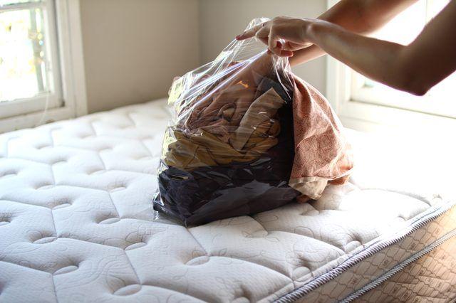 ¿Llegaron los PIOJOS a tu casa?  Lo primero que hay que hacer es COLOCAR en BOLSAS de plástico todo aquello que el niño tuvo contacto, desde las sábanas de la cama, los peluches hasta la ropa y dejarlo ahí por lo menos 3 días y después lavarlo normalmente.   Hacer esto hasta que los PIOJOS se vayan de tu casa.