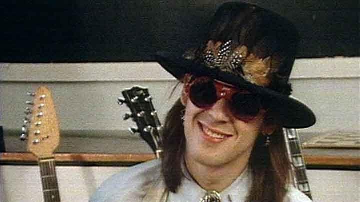Tammikuussa 1985 Hanoi Rocks -ilmiö kiinnosti jo muitakin kuin popjournalisteja. Andy McCoy esitteli A-studion haastattelussa lompakkonsa sisältöä ja sementoi itsensä televisioyleisön mieliin.
