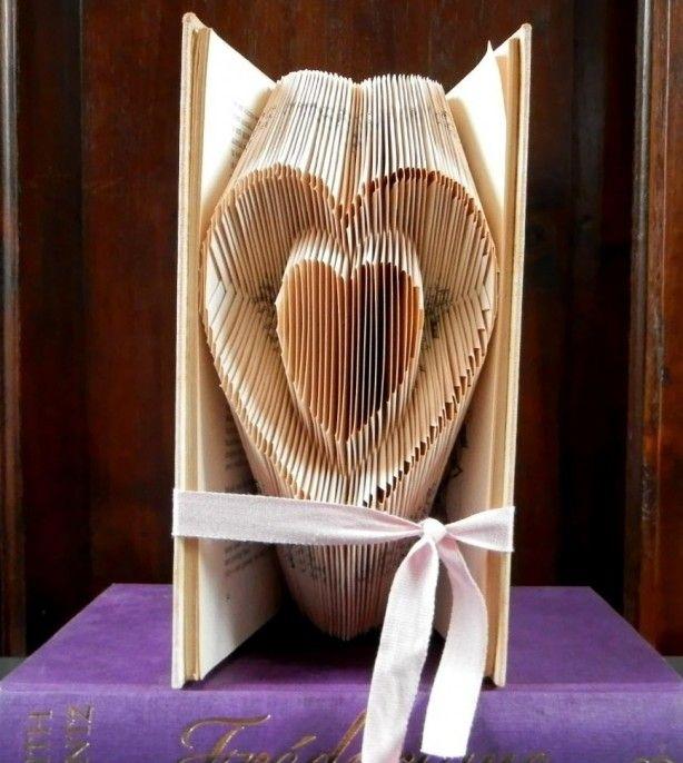 Een hartje in een hartje gevouwen in een boek. Tutorial op boekvouwen . nl
