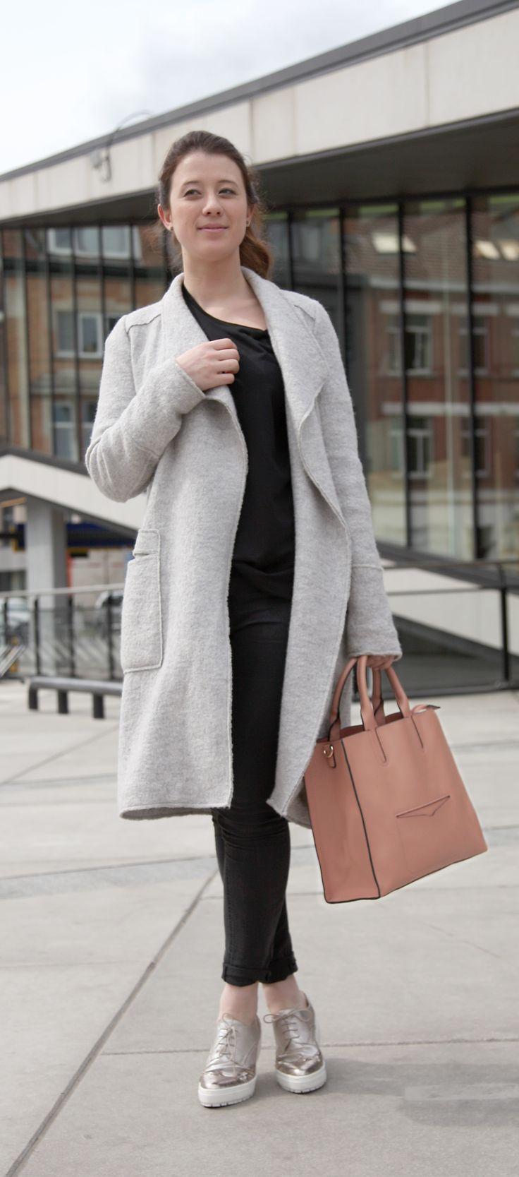 Zwarte jeans + zwart basic T-shirt + grijze wollen jas = de perfecte look voor een elegant paar veterschoenen   s.Oliver   Brantano