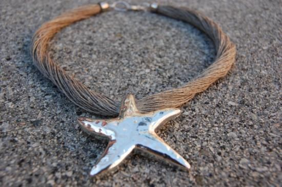 collar lino natural y estrella metalica grabada color plata fantasia lino natural,estrella mar fantasia,metal plateado engarzado,anudado