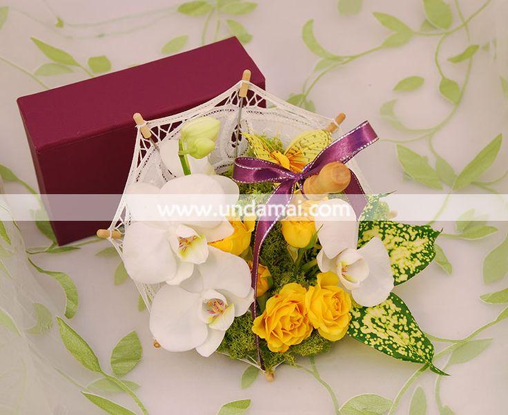 Aranjament floral retro - chic pentru 1-8 martie, realizat intr-o eleganta umbreluta din dantela