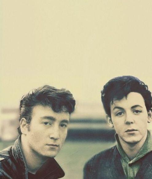 John Lennon y Paul McCartney se reunió por primera vez el 6 de julio 1957    1957, John Lennon y Paul McCartney se reunió por primera vez en el Woolton Parish Church Fete en The Quarrymen estaban  apareciendo.    Imagine que es una mosca en la pared en esa reunión. Aquí vemos reunión dos hombres, que estaban destinados a dar forma a la trayectoria de rock and roll durante muchos años, y que a día de hoy, tienen una fuerte influencia en el mundo del rock and roll.