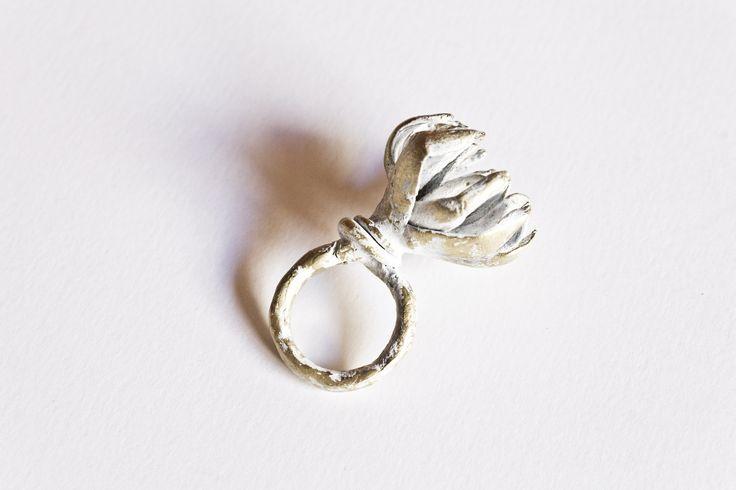 White flower. Ring. Paula Jiménez Yera