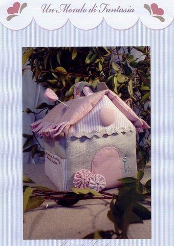 Hola! Os dejo el patrón de esta casa preciosa que es un costurero/alfiletero/guarda tijeras. Los tonos grises y rosas me encantan pero tamb...