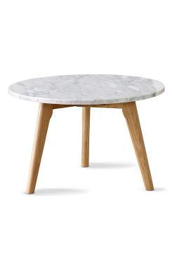 Ellos Home Sofabord med marmorplade og tre ben i lakeret egetræ. H 45 cm. Ø 50 cm. Leveres usamlet.