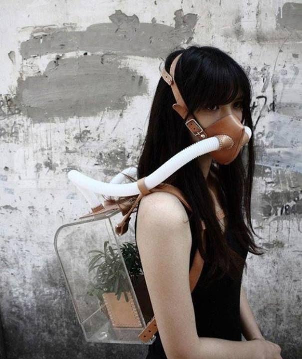 Kit de survie par Chiu Chih.  A l'heure où des villes sont submergées par des nuages de pollution, le concept artistique pourrait-il un jour faire fureur ?  Infos : http://www.hellocoton.fr/to/BVuf#http://www.123inspiration.com/voyage-on-the-planet-survival-kit-by-chiu-chih/