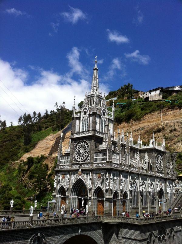 コロンビア ラスラハス教会は1754年、谷川の岩に聖母マリアが現れたという伝説があり、その岩を取り囲むように教会が作られました。
