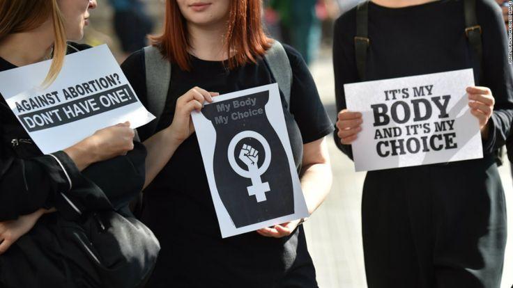 ...Και είναι μόνο καλό το ότι ο #Τραμπ και πιθανόν ο #Κατσίνσκι θα ηττηθούν από αυτούς των οποίων την αξιοπρέπεια και την ισότητα αρνούνται και οι δύο να αναγνωρίσουν, με τις #γυναίκες σε πρώτη θέση. ----------------------------------------------------------------- #kaczynski #trump #women #sex #fragilemagGR http://fragilemag.gr/kaczynski-trump/