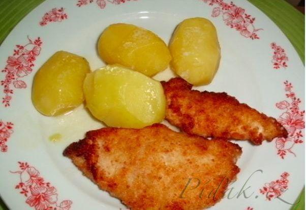 POTŘEBNÉ PŘÍSADY: 4 kuřecí prsní řízky 1 velký bílý jogurt 2 vejce 4 stroužky česneku sůl pepř strouhanku na obalení a koření dle chuti(grilovací atd.