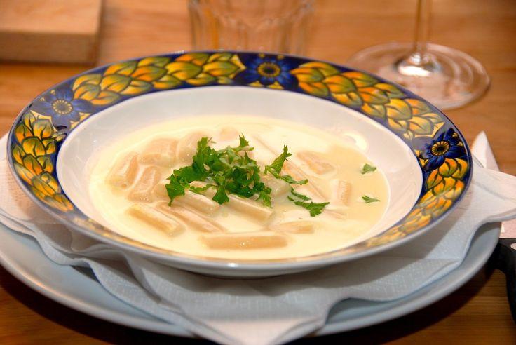 Klassisk hvid aspargessuppe med hvide asparges. Suppen er god både som forret og natmad, og den er ret nem at lave. Også i store portioner. Foto: Guffeliguf.dk.