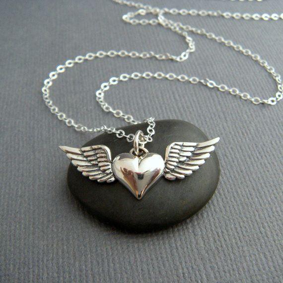 corazón de plata con collar de alas. colgante por limegreenmodern