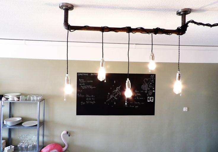 Comment réaliser un luminaire industriel grâce à des tuyaux de plomberie http://wherebeesare.com/2016/03/01/diy-du-luminaire-a-ampoules-a-filaments-realise-a-partir-de-tuyaux-de-plomberie/
