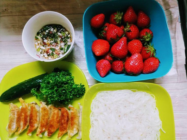 今日の夕ご飯 そうめん 餃子(市販品) ブロッコリー きゅうり いちご