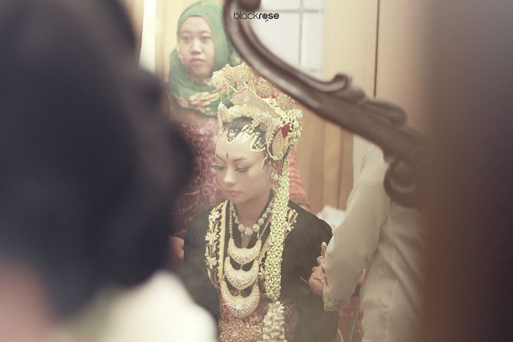 REFLECTION  #mirror #wedding #paesageng #janganmenir  #traditionalbridal #woman #cultureofjava